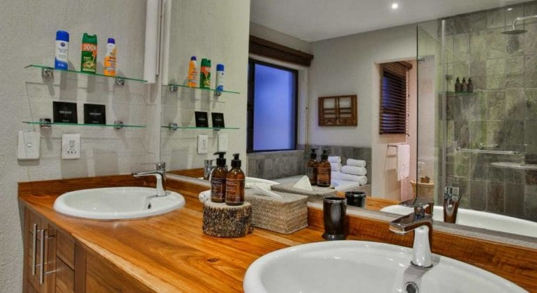 Makanyi Private Game Lodge Bathroom